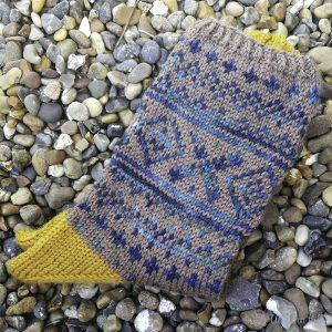 Fleirfarga sokkar på småstein