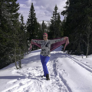 Marianne står i snøen og syner fram heksatonsjalet bak ryggen.