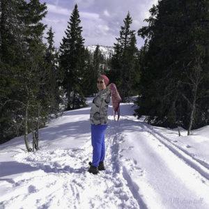 Marianne står i snøen og syner fram heksatonsjalet.
