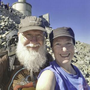 Marianne og Johan Ludvig med t-skjorter og caps på Gaustatoppen