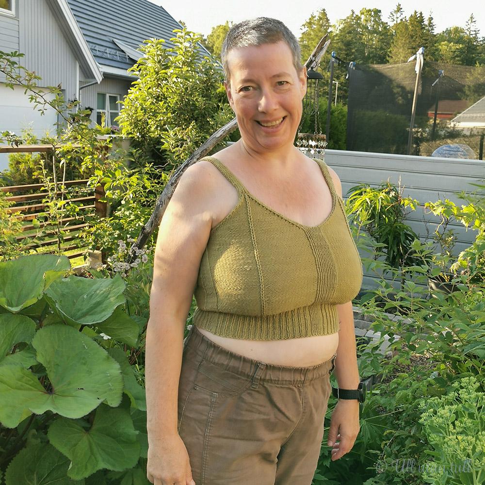 Marianne står i hagen og har på seg framework bralette