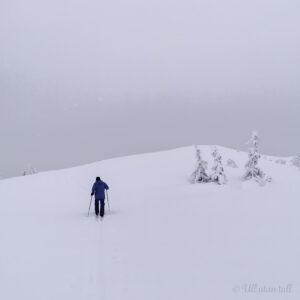 Mann på ski på fjellet