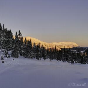 Soloppgang, blå himmel og snø