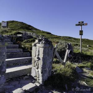 Steintrapp med portstolpar og skilt som syner vegen til Gaustatoppen