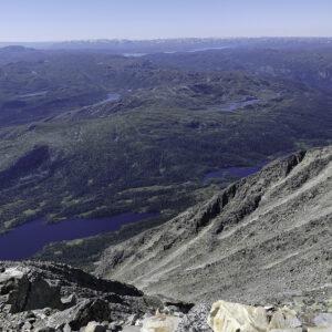 Utsikt over fjelllandskap med vatn