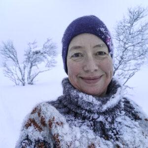 Marianne er dekka i snø etter eit fall