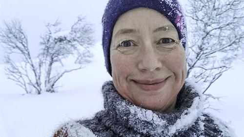 Marianne har på Villmarksgenseren og er dekka av snø