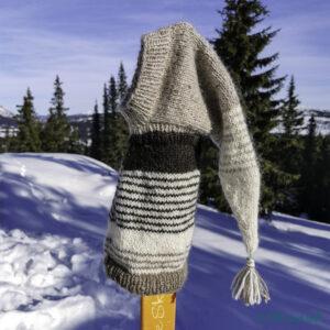 Pointy greyhound hoodie heng på ei ski i sola