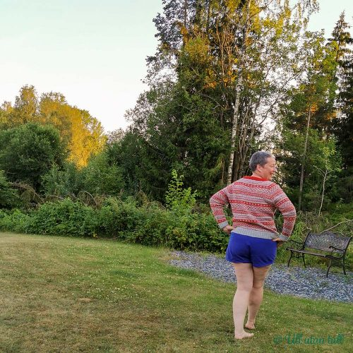 Marianne står i parken med ryggen til. Har på seg kapteingenser og lilla shorts