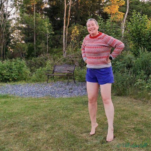 Marianne har på seg raud og grå kapteingenser og lilla shorts. Er hoppande glad